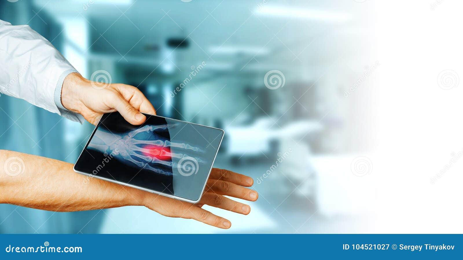 Χέρι γιατρών με το ψηφιακό υπομονετικό χέρι ανιχνεύσεων ταμπλετών, έννοια τεχνολογίας ιατρικής