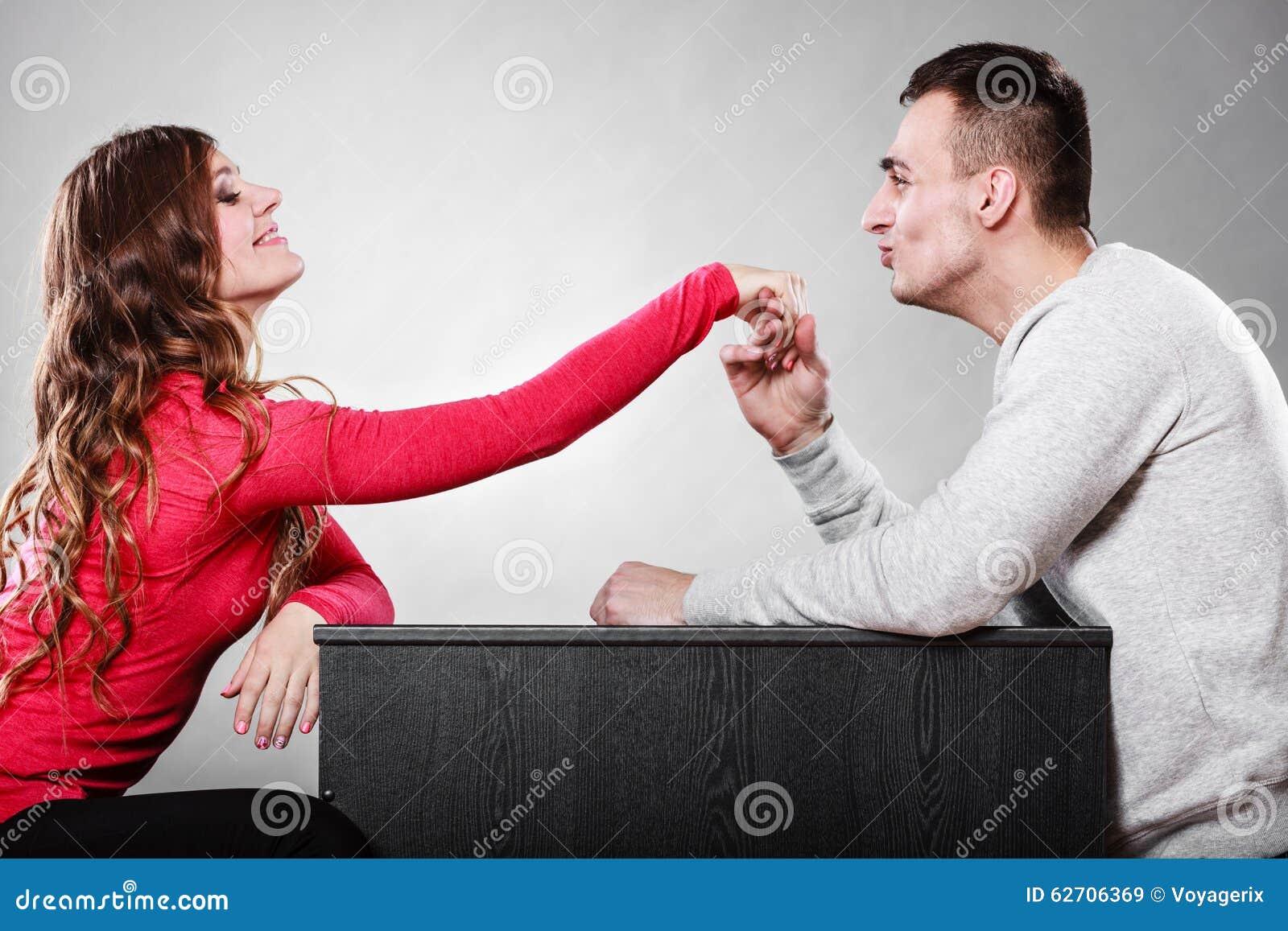Χέρι γυναικών φιλήματος συζύγων ανδρών αγάπη ζευγών
