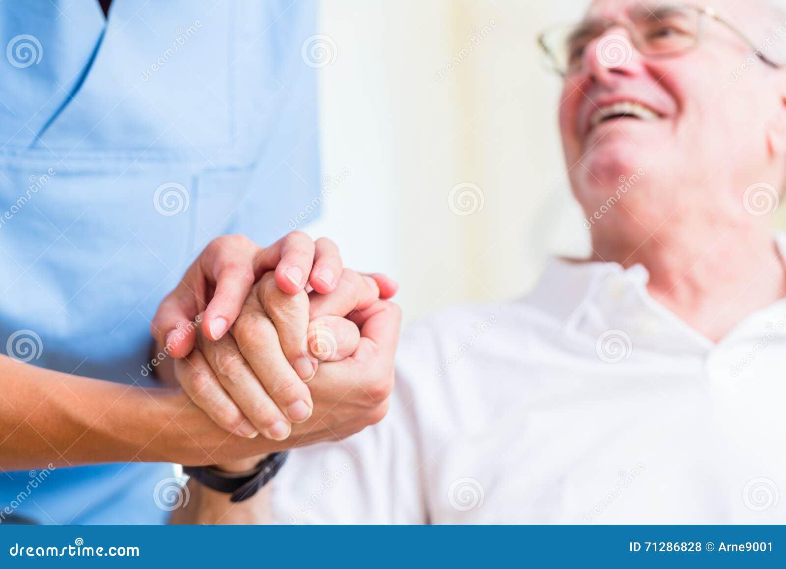 Χέρι εκμετάλλευσης νοσοκόμων του ανώτερου ατόμου στο σπίτι υπολοίπου