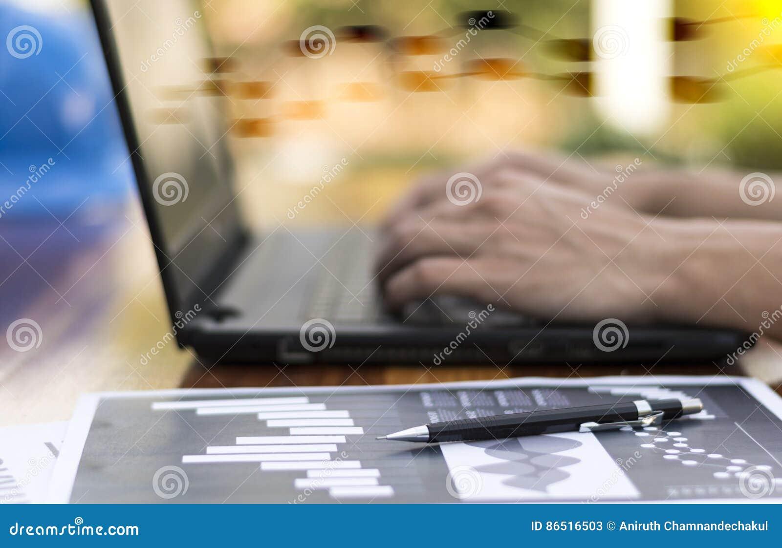 Χέρι επιχειρηματιών που λειτουργεί με το νέους σύγχρονους υπολογιστή και την επιχείρηση s
