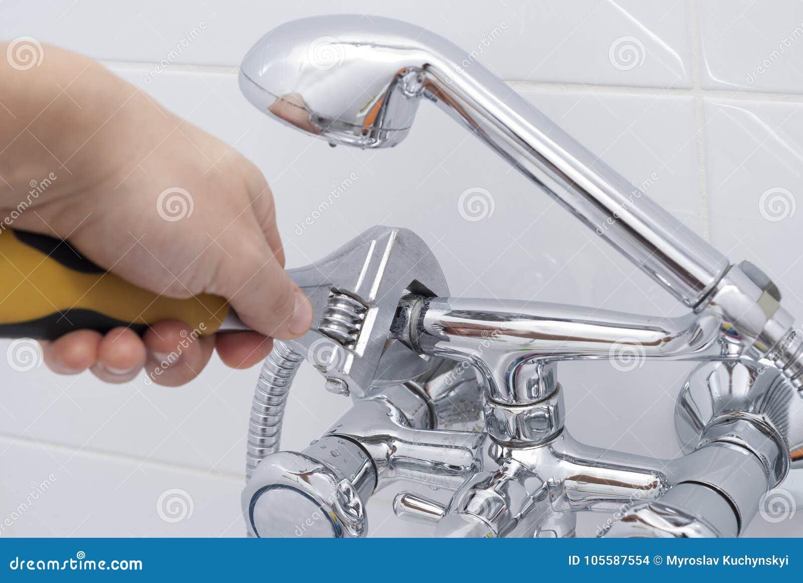 Χέρι και γαλλικό κλειδί