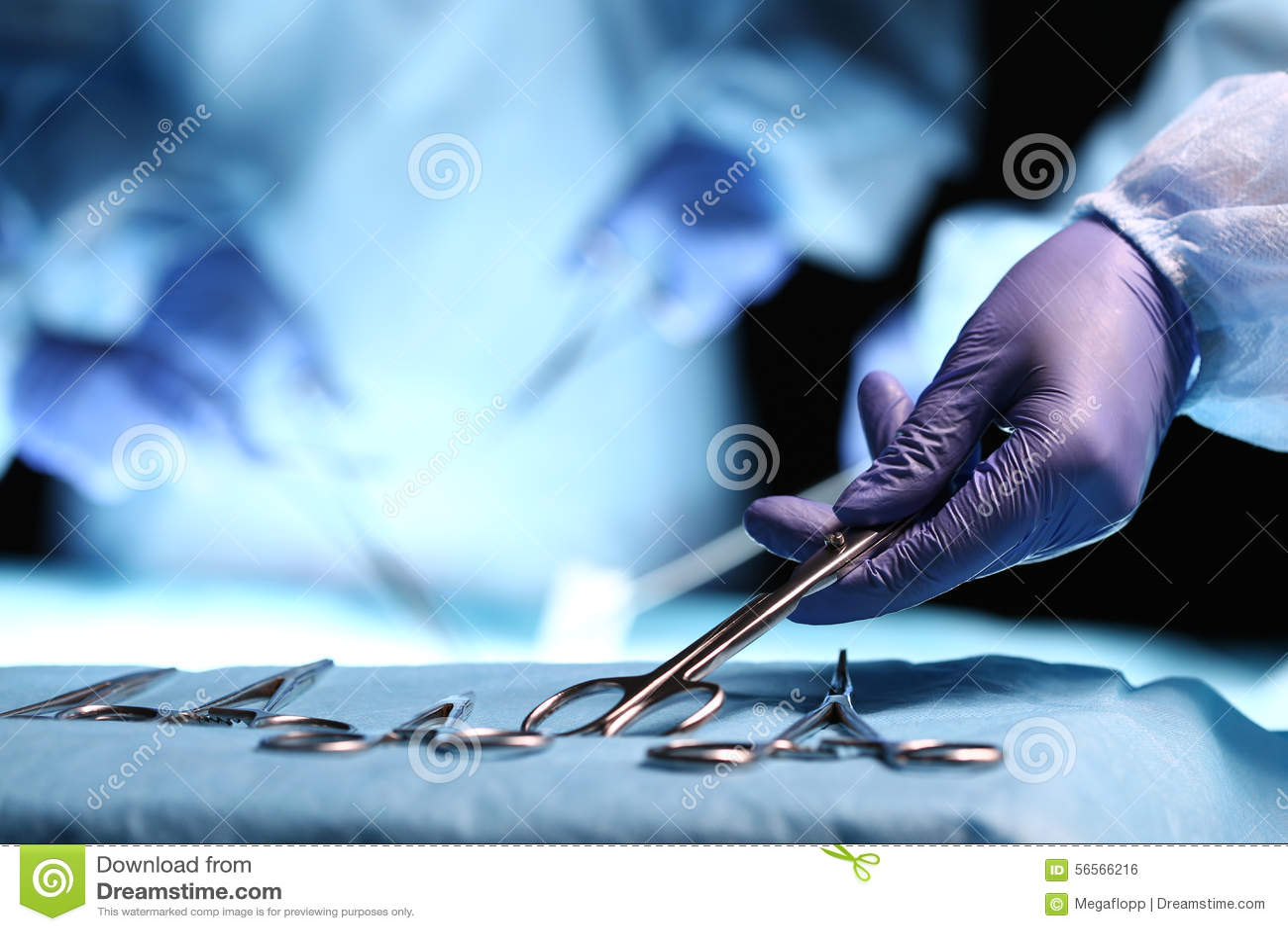 Download Χέρι νοσοκόμων που παίρνει το χειρουργικό όργανο Στοκ Εικόνες - εικόνα από θεραπεύστε, γάντι: 56566216