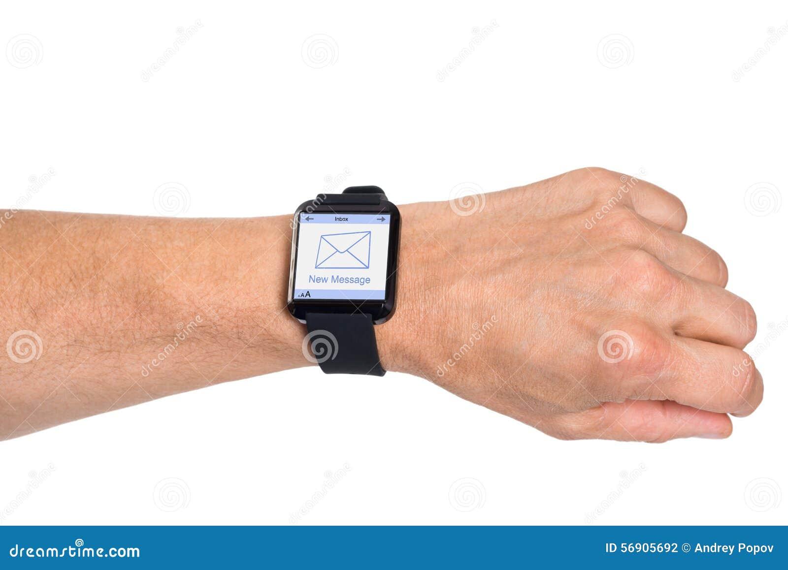 Χέρι που φορά Smartwatch που παρουσιάζει νέο μήνυμα