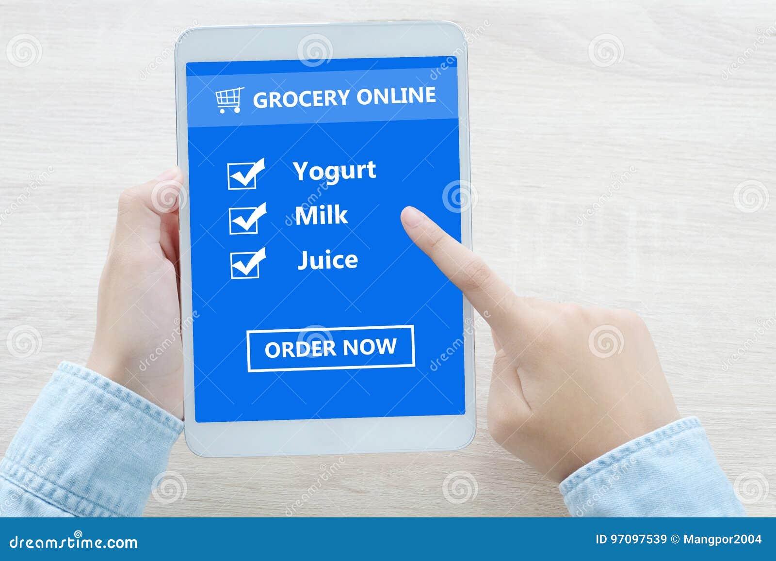 Χέρι που χρησιμοποιεί την ταμπλέτα με τον κατάλογο ελέγχου αγορών παντοπωλείων on-line σχετικά με το SCR