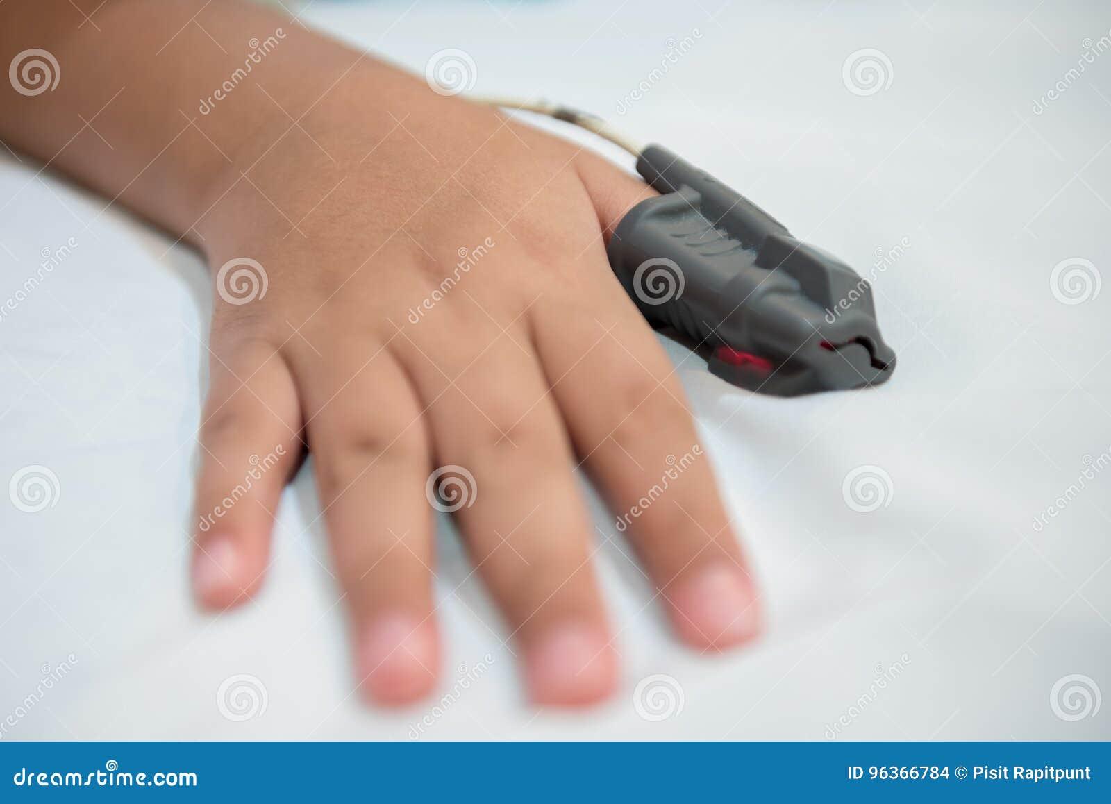 Χέρι του ασιατικού αγοριού στο νοσοκομείο που φορά τη διαγνωστική εξάρτηση ιατρικών συσκευών ασφυξίας ύπνου