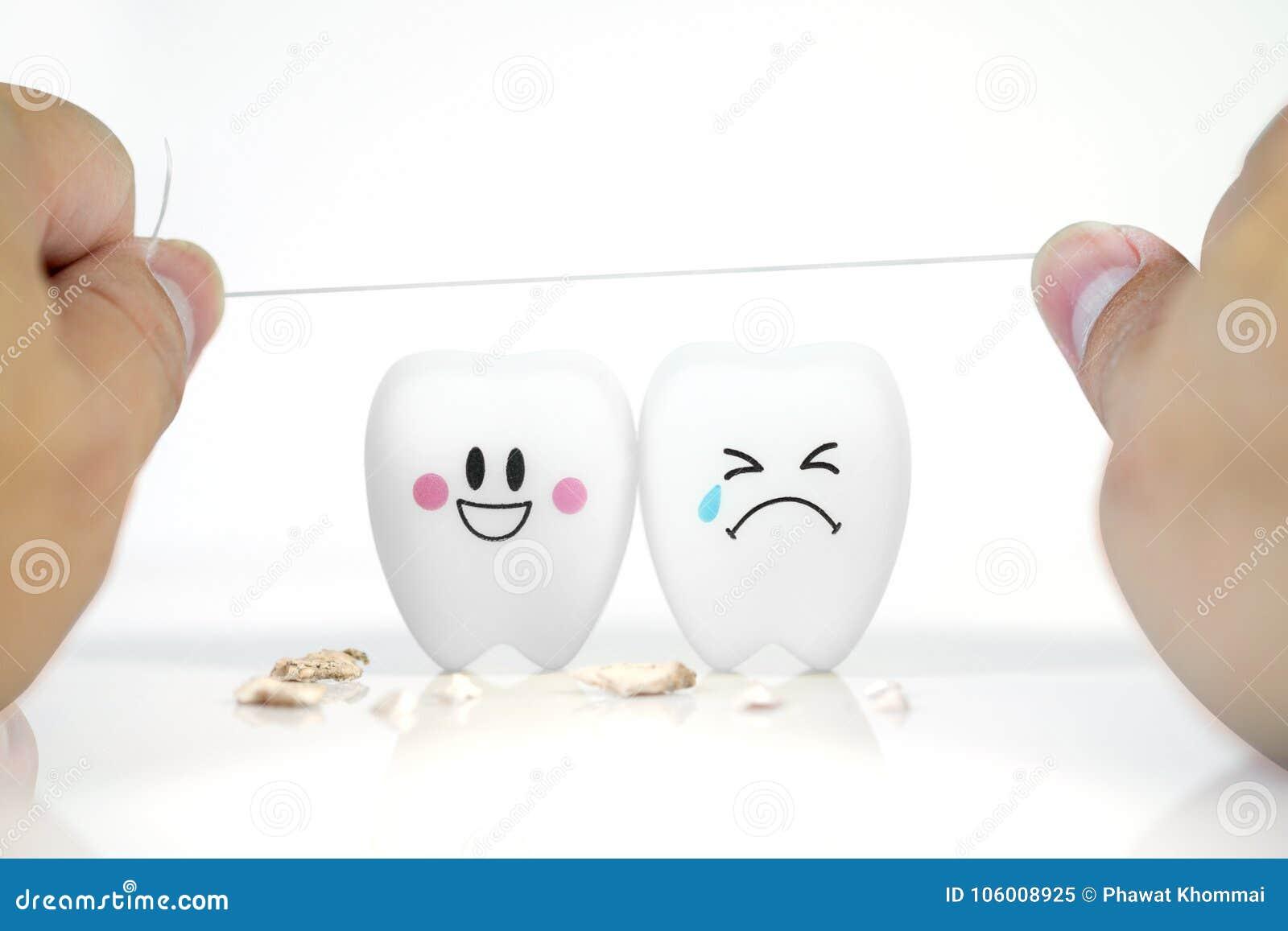 Χέρι του ατόμου που κρατά το οδοντικό νήμα με το χαμόγελο δοντιών και που φωνάζει τη συγκίνηση