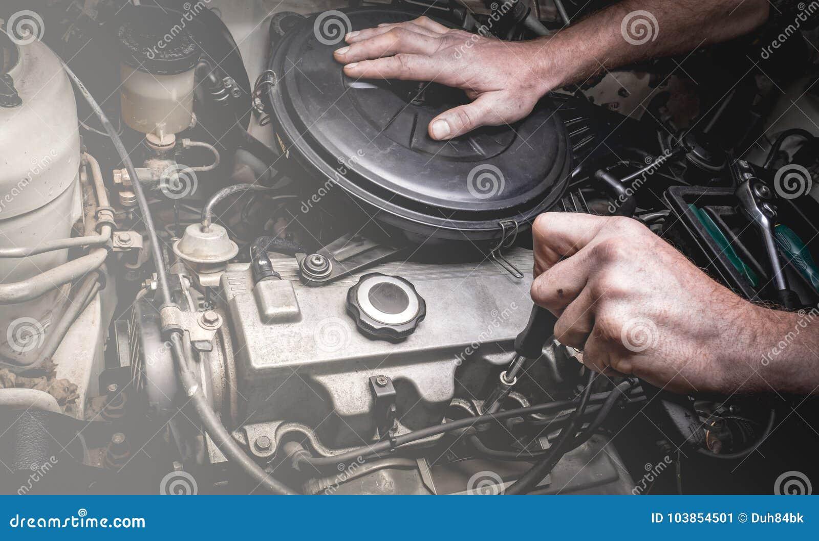 Χέρι του αυτόματου μηχανικού με ένα γαλλικό κλειδί