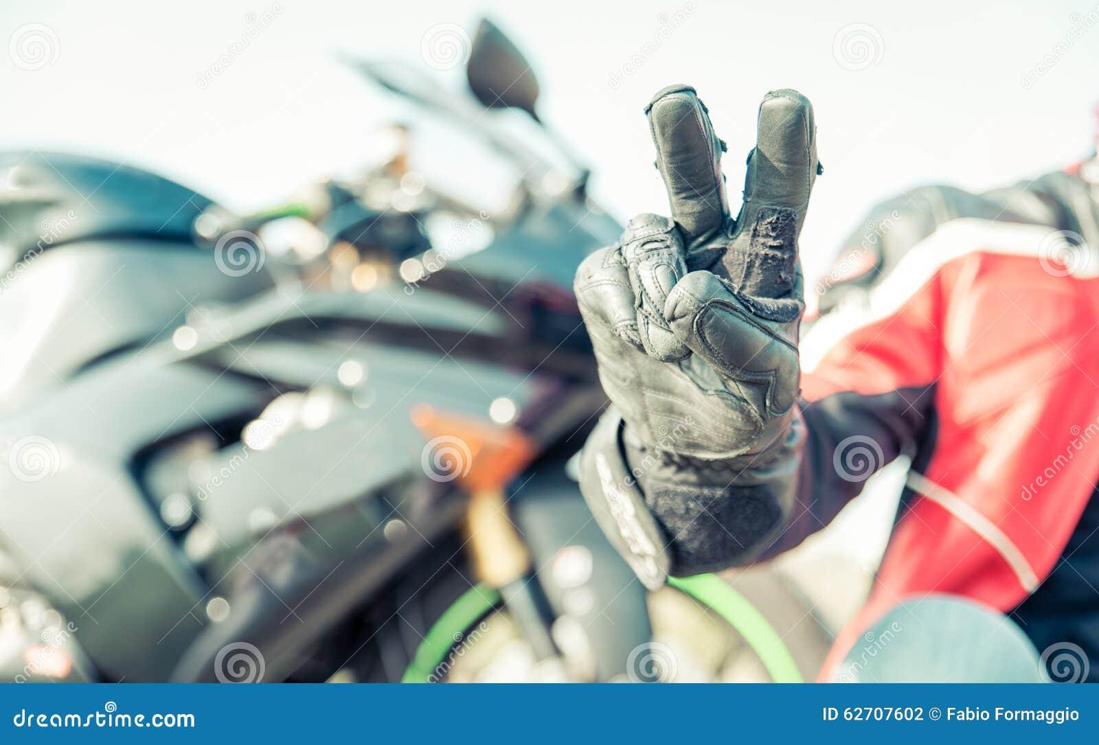 Χαιρετισμός ποδηλατών με τα δάχτυλα