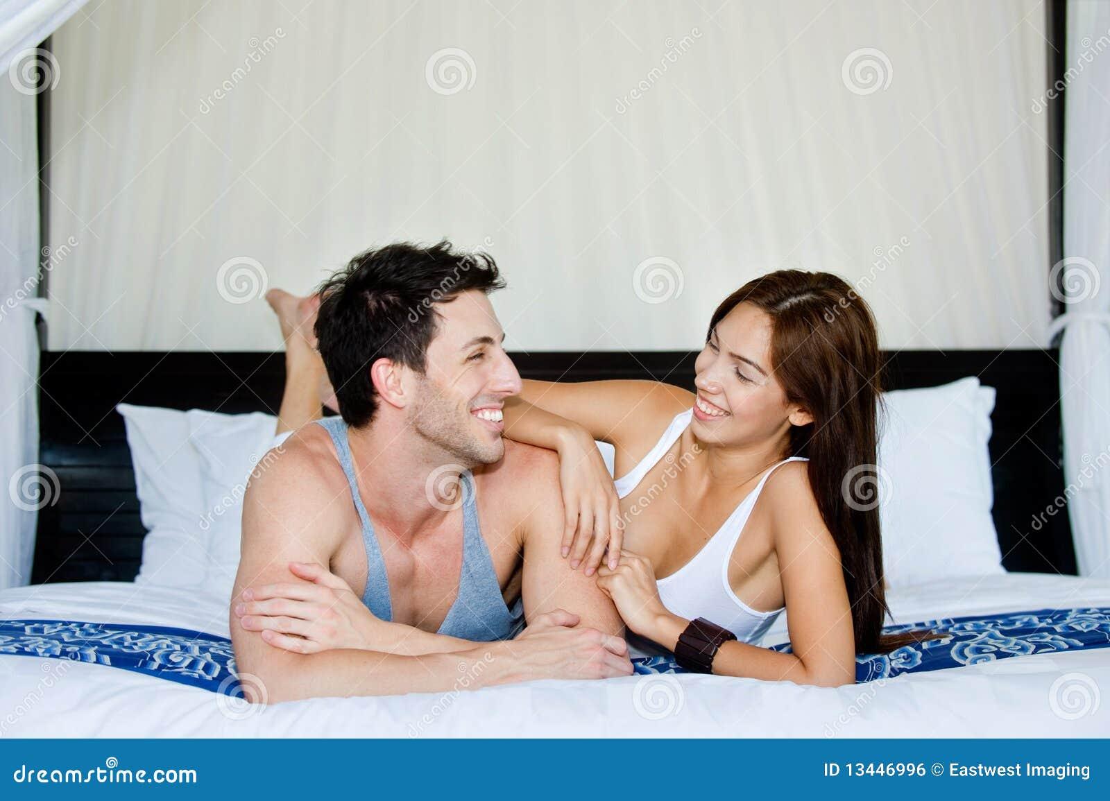 Χαλάρωση ζεύγους στην κρεβατοκάμαρα