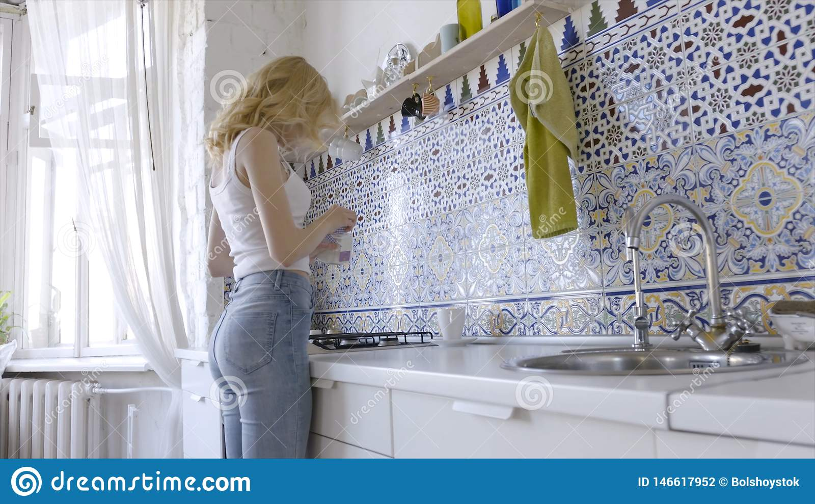 Χαλαρωμένη προκλητική ξανθή τοποθέτηση στην κουζίνα το πρωί r Προκλητική νέα ξανθή γυναίκα στην κουζίνα στο σπίτι