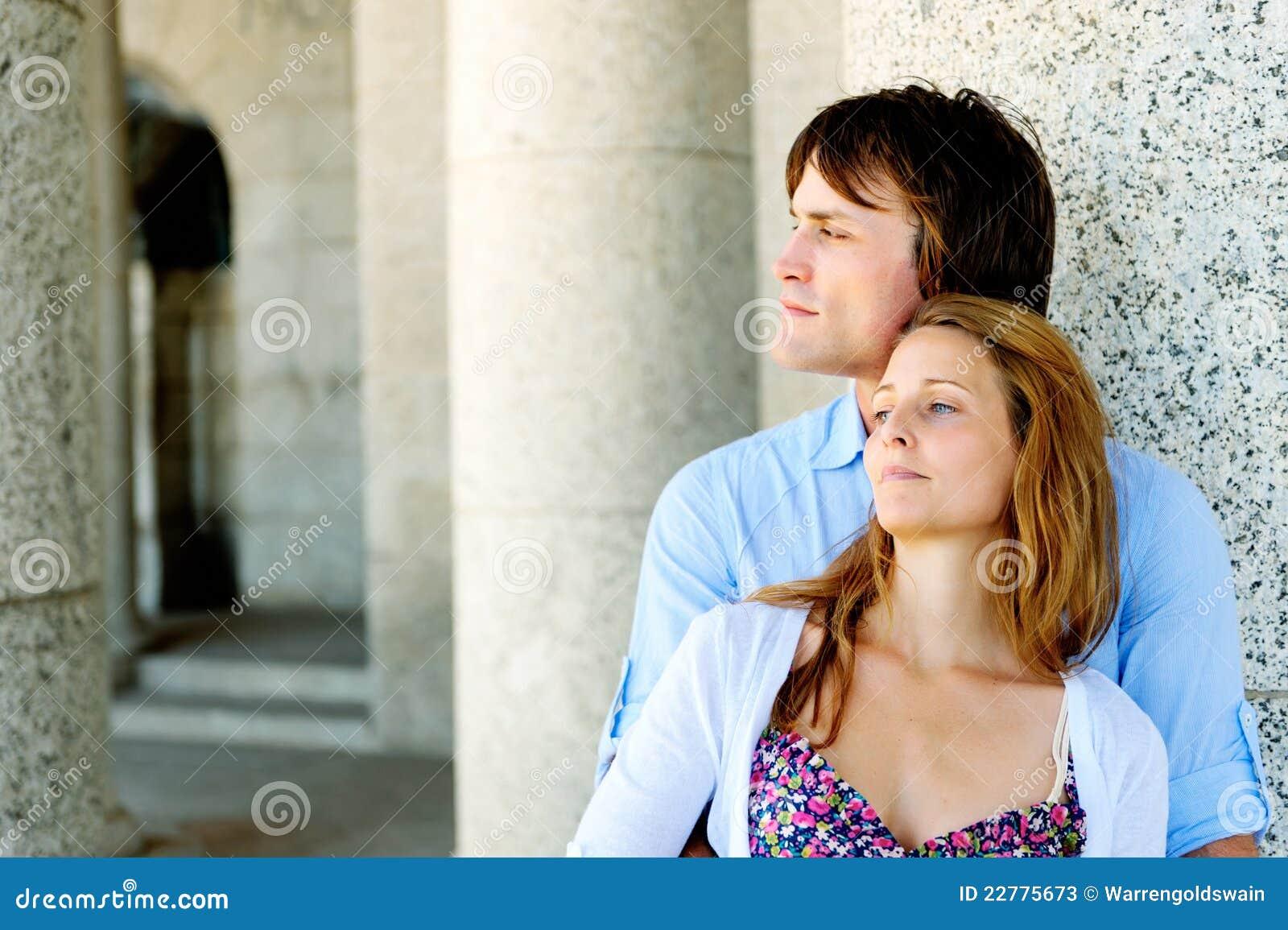 Χαλαρωμένο ζεύγος υπαίθρια ερωτευμένο