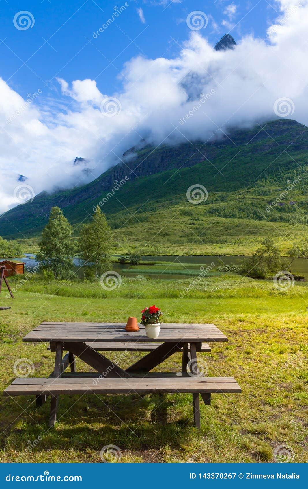 Χαλαρώνοντας σημείο στην κοιλάδα Innerdalen βουνών