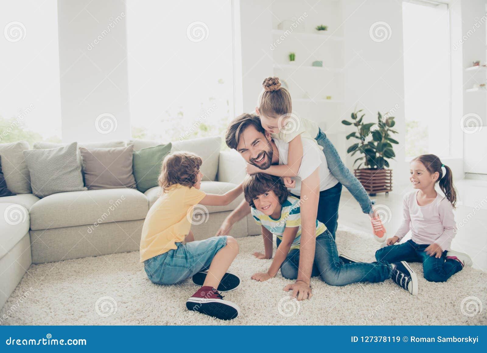 Χαλαρώστε, στηριχτείτε, απρόσεκτη, ξένοιαστη έννοια Οικογένεια με το childr τέσσερα