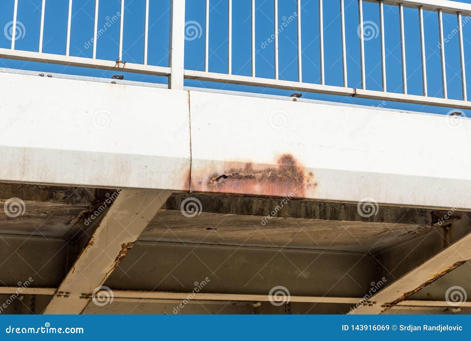 Χαλασμένη και οξυδωμένη κατασκευή γεφυρών μετάλλων με τη σκουριά και διάβρωση στο συνδεδεμένο μέρος με τον κίνδυνο μπουλονιών για