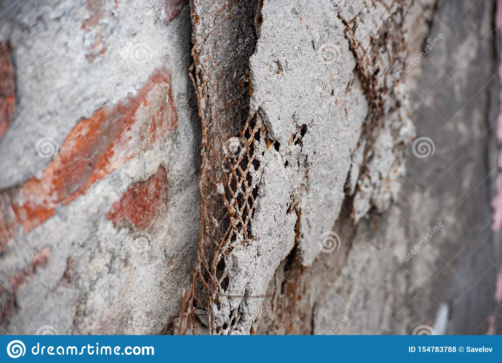 Χαλασμένο ενισχυμένο δικτυωτό πλέγμα στον τοίχο