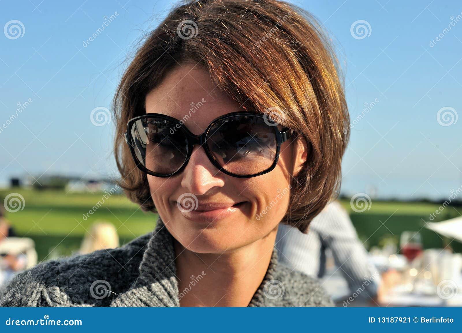χαμογελώντας γυναίκα γ&upsi