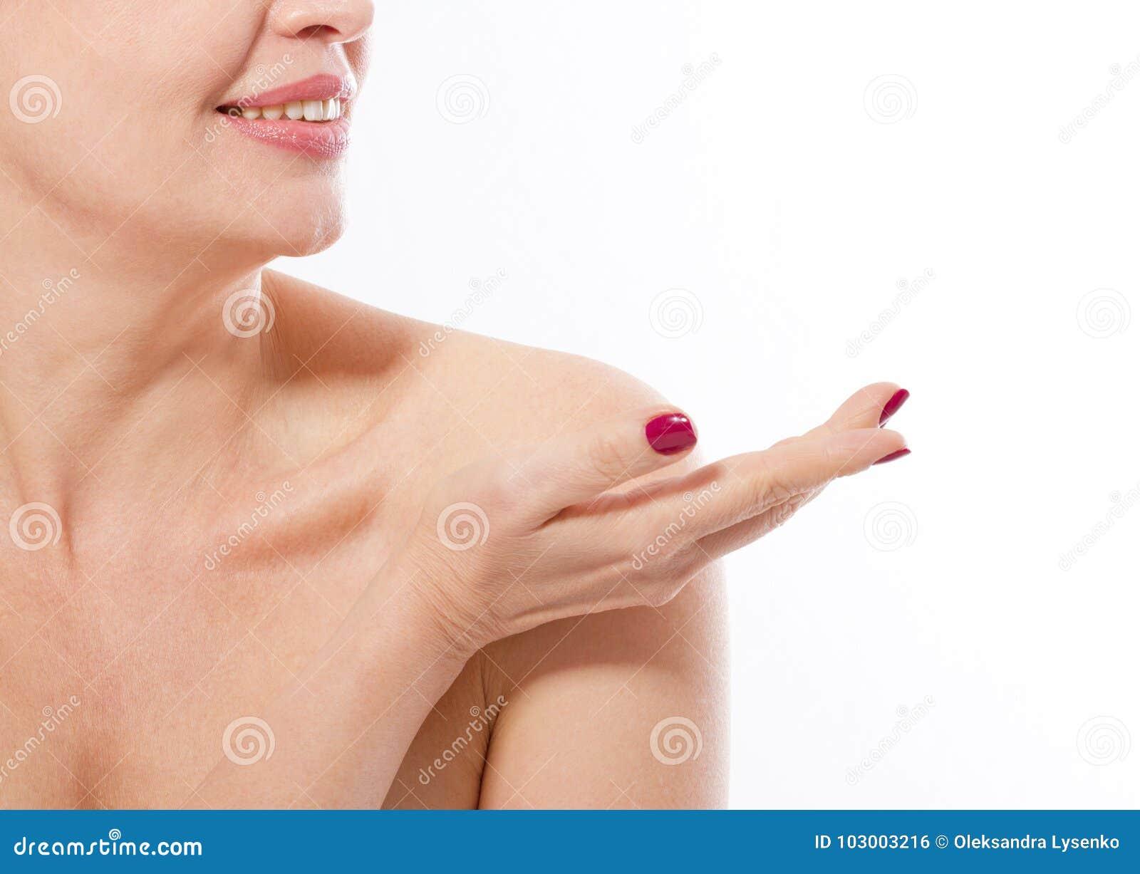 Χαμογελώντας γυναίκα Μεσαίωνα που παρουσιάζει θέση για τη διαφήμιση από το χέρι της που απομονώνεται στο άσπρο υπόβαθρο Κολλαγόνο