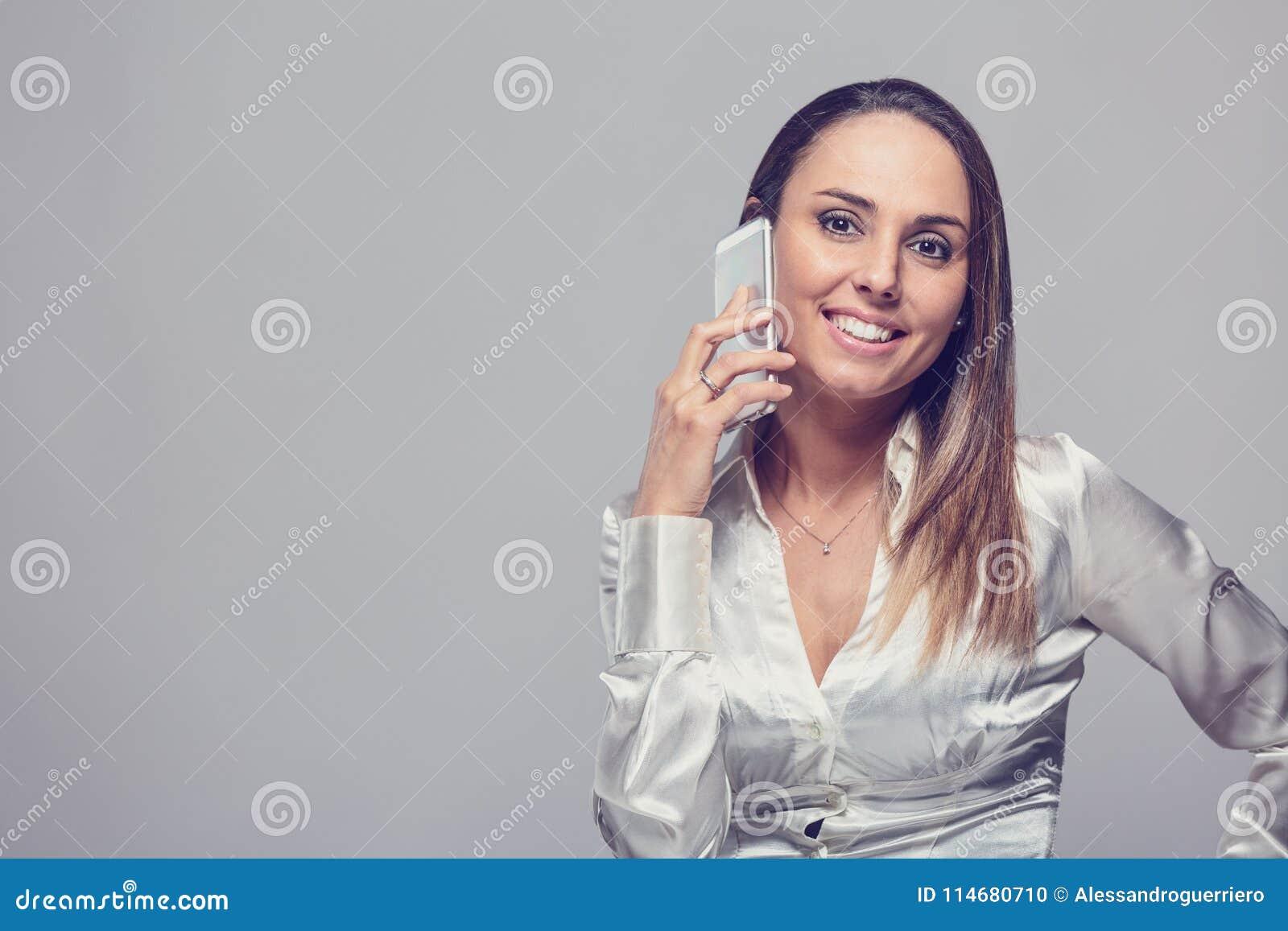 Χαμογελώντας γυναίκα που μιλά στο smartphone