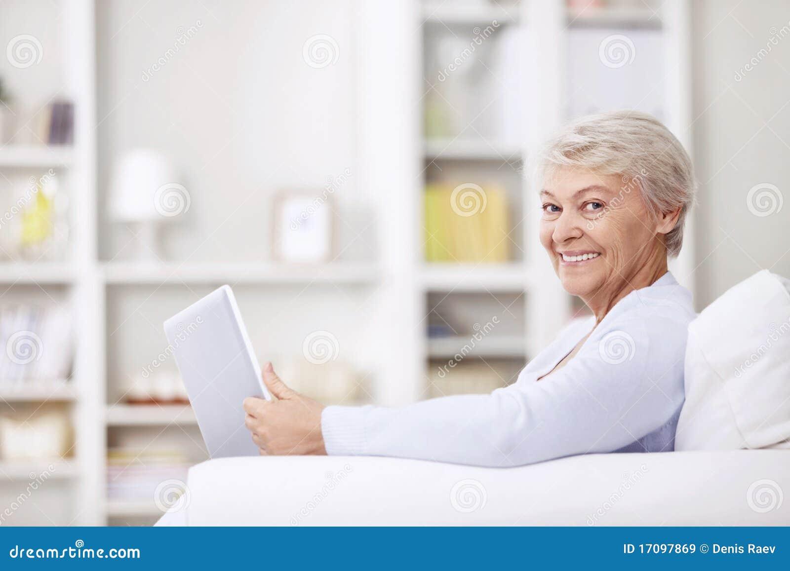 Χαμογελώντας ηλικιωμένη γυναίκα στο σπίτι