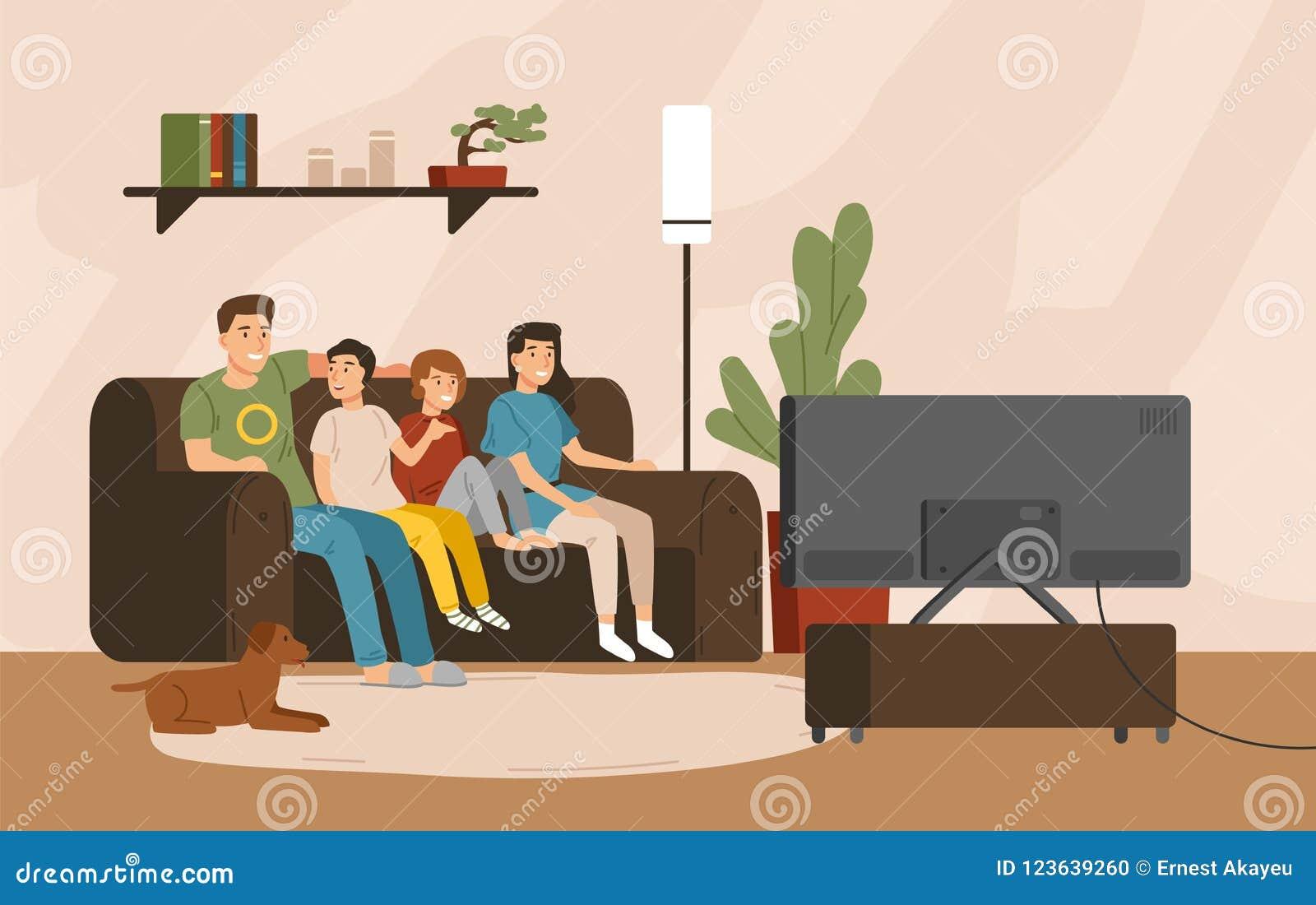 Χαμογελώντας μητέρα, πατέρας και παιδιά που κάθονται στο comfy καναπέ και τη τηλεόραση προσοχής Ευτυχής χρόνος οικογενειακών εξόδ