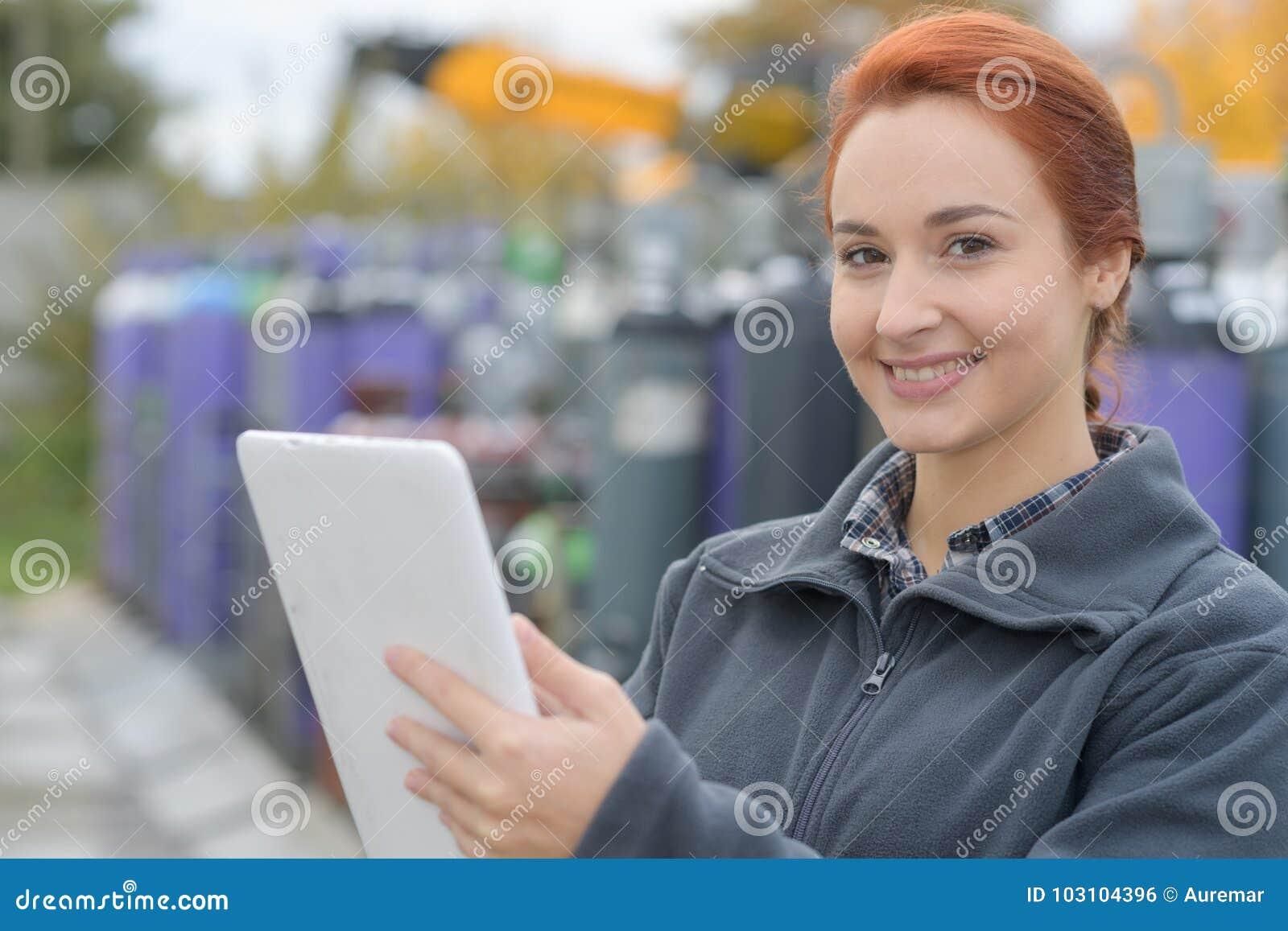 Χαμογελώντας νέος εργαζόμενος που χρησιμοποιεί το PC ταμπλετών έξω από το γραφείο