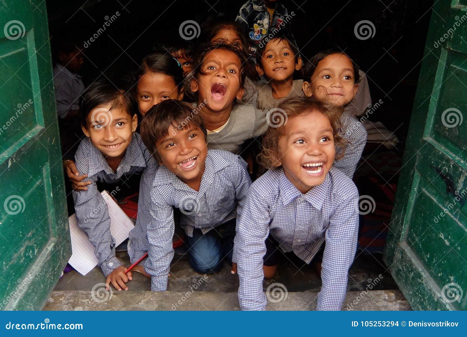Χαμογελώντας παιδιά στο τοπικό ινδικό σχολείο