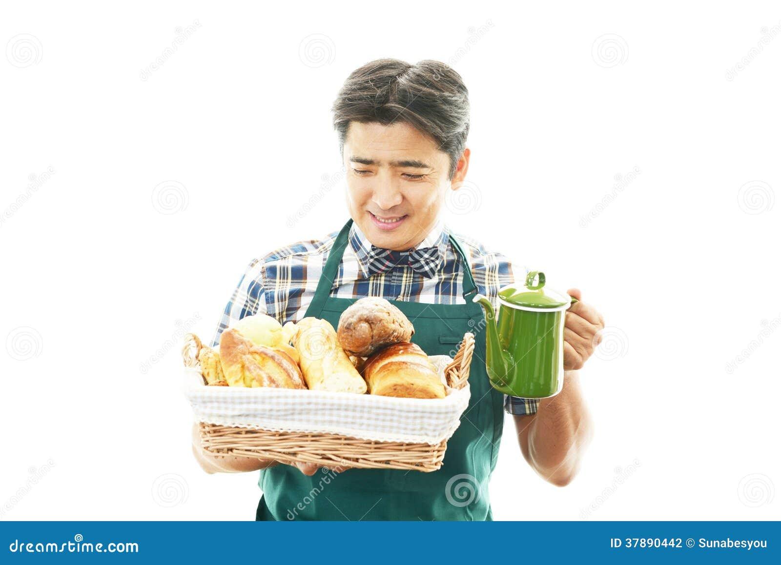 Χαμογελώντας ασιατικός σερβιτόρος