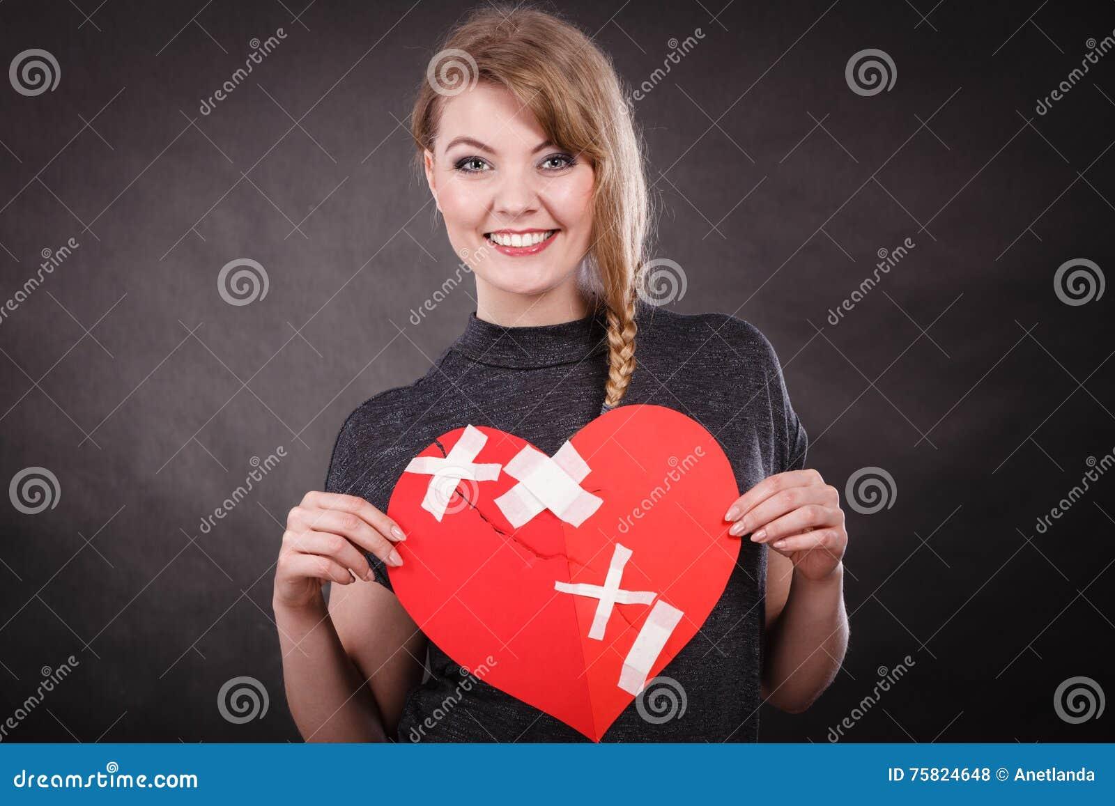 Χαμογελώντας γυναίκα με τη θεραπευμένη καρδιά