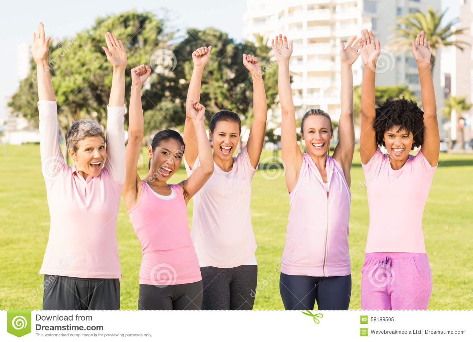 Χαμογελώντας γυναίκες που φορούν το ροζ για το καρκίνο του μαστού και ενθαρρυντικός