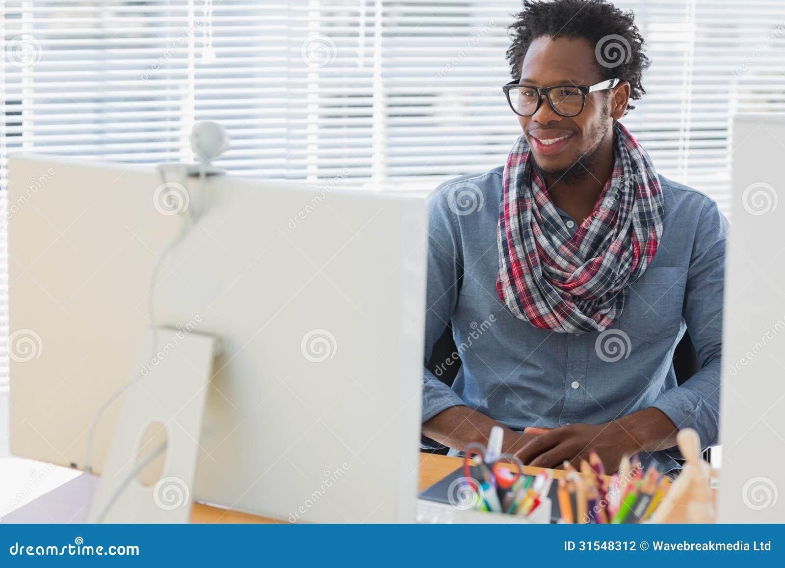 Χαμογελώντας δημιουργικός επιχειρησιακός υπάλληλος που έχει μια τηλεοπτική κλήση