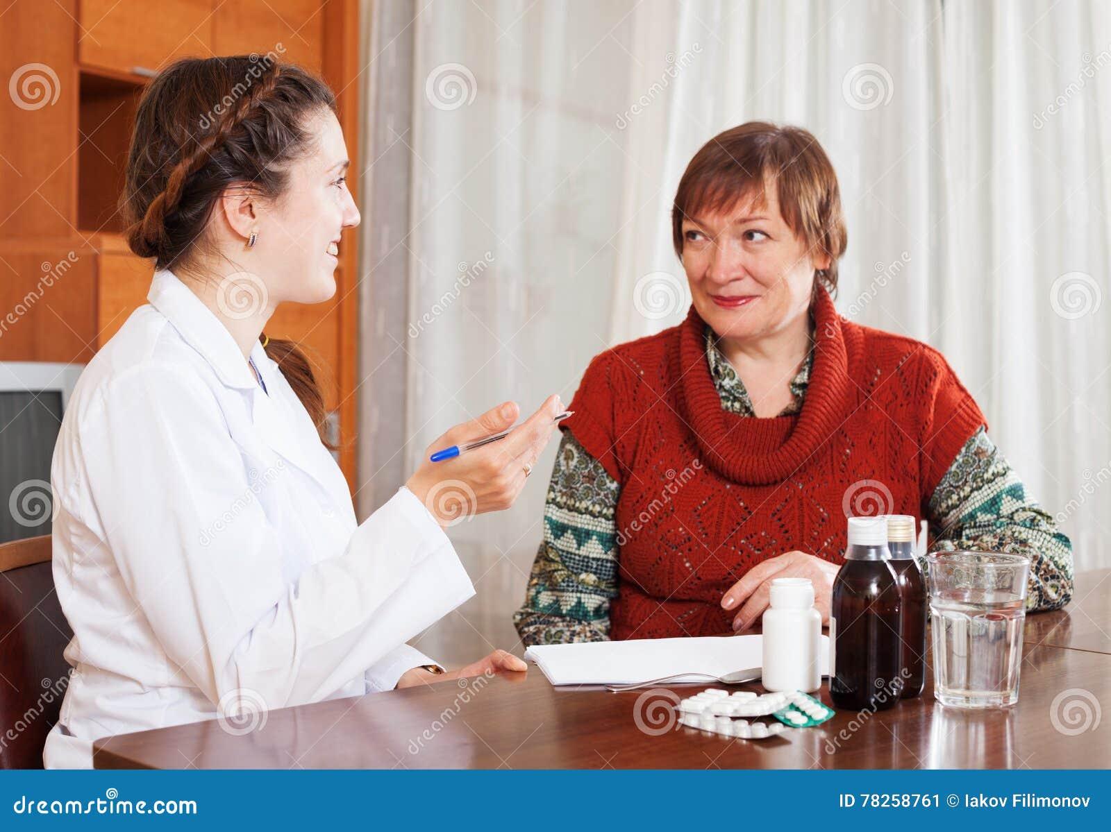 Χαμογελώντας θηλυκός ακούοντας ασθενής γιατρών