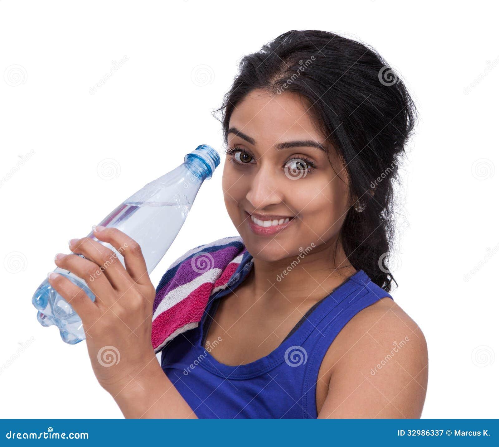 Χαμογελώντας θηλυκό athelte με το μπουκάλι νερό