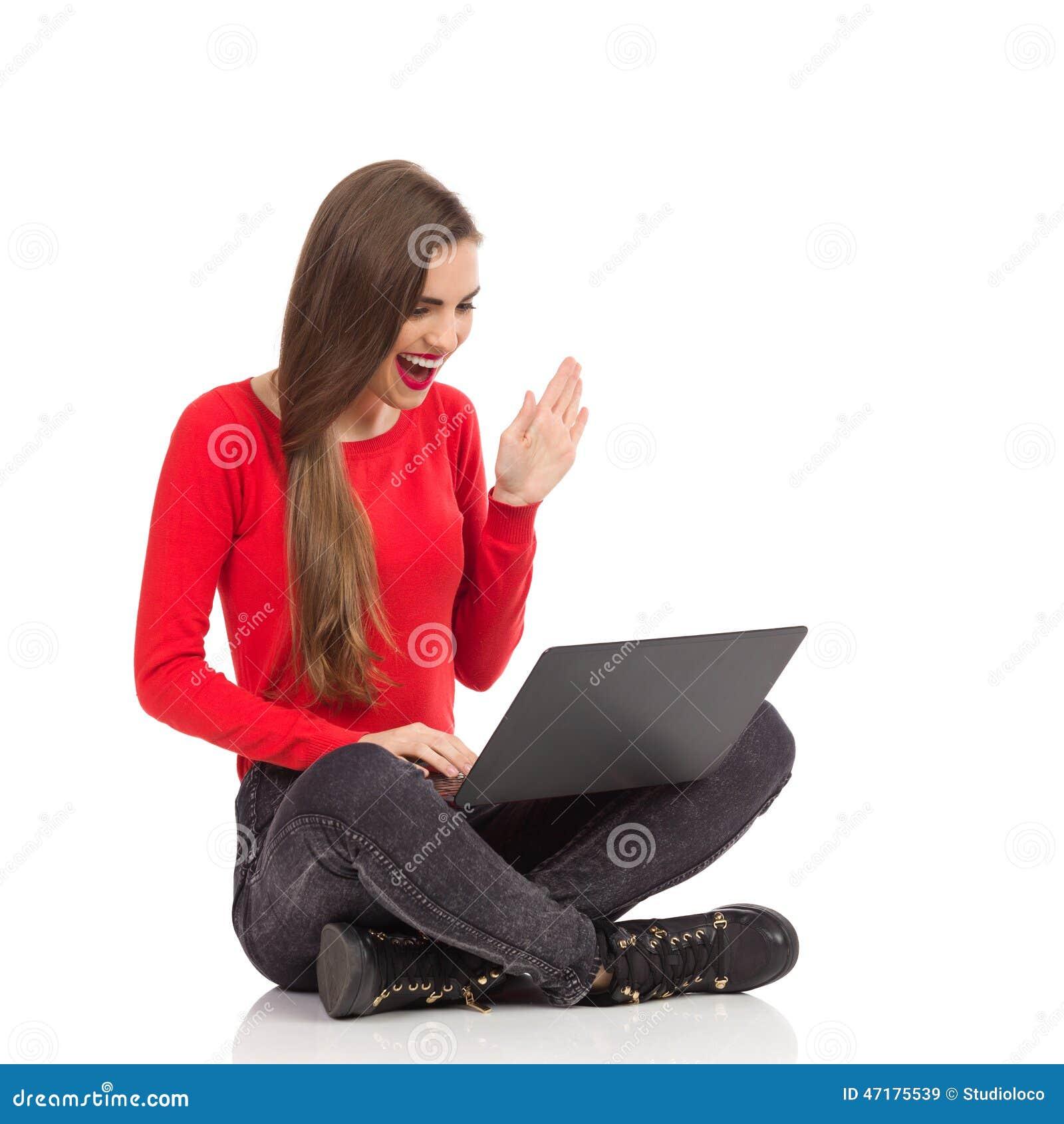 Χαμογελώντας θηλυκό lap-top usng και κυματίζοντας χέρι