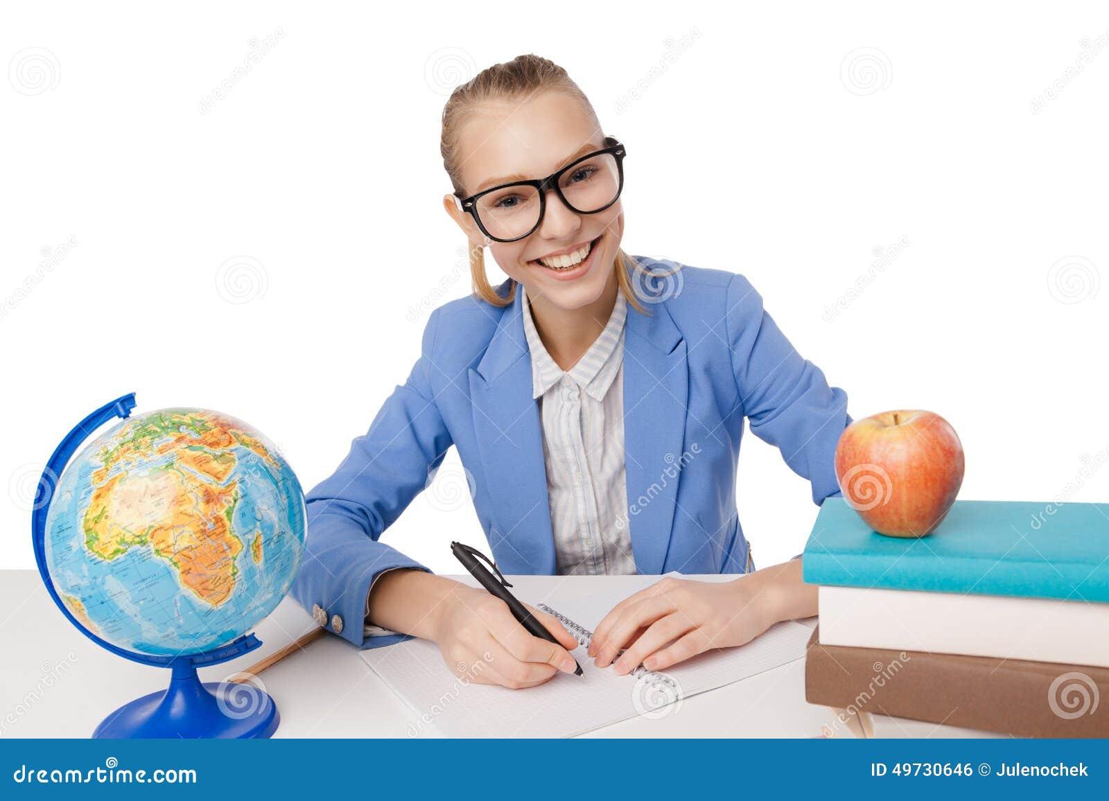 Χαμογελώντας κορίτσι σπουδαστών eyeglasses που διαβάζει τα βιβλία