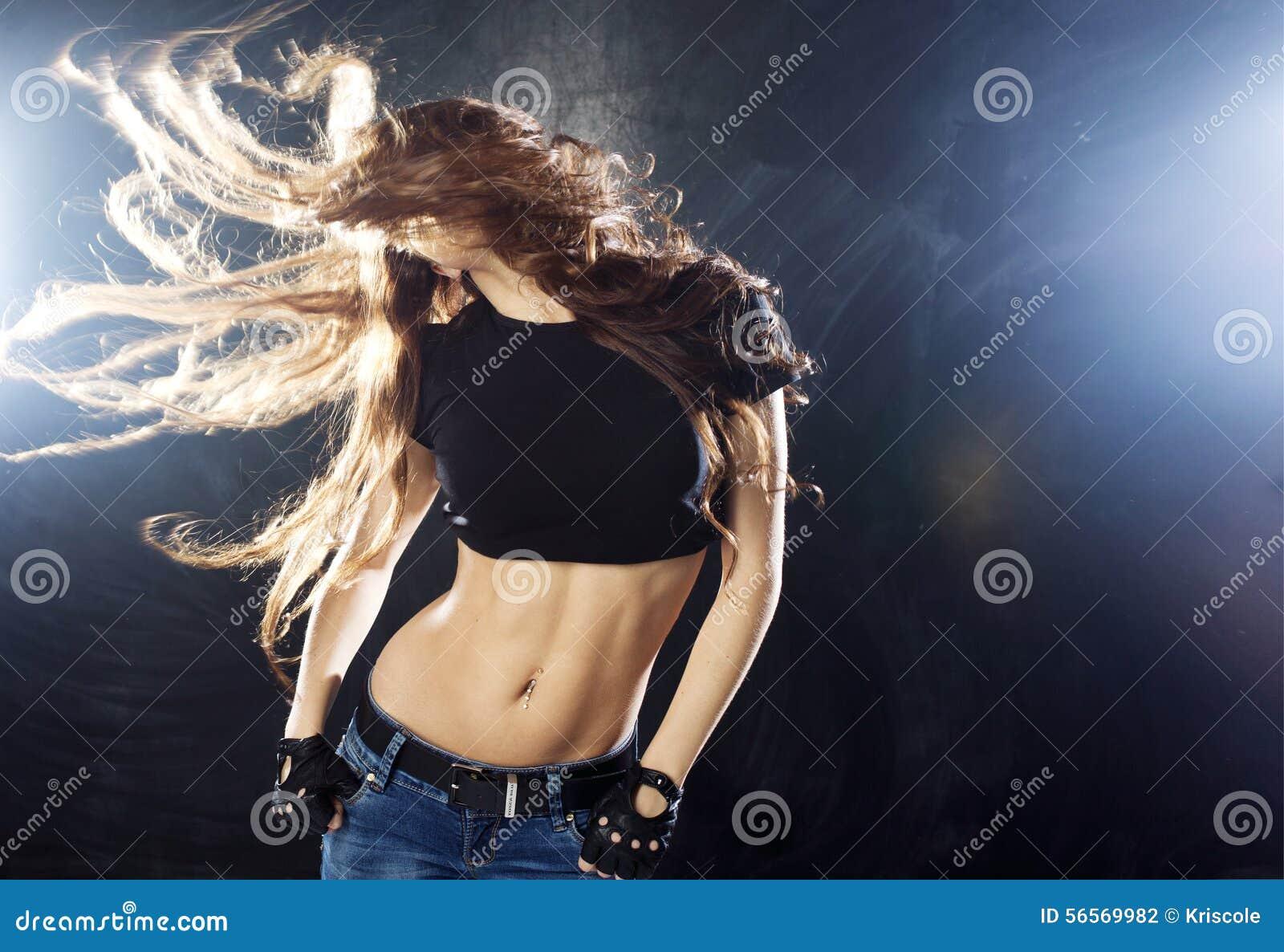 Χαμογελώντας νέα γυναίκα που χορεύει, πέταγμα τρίχας