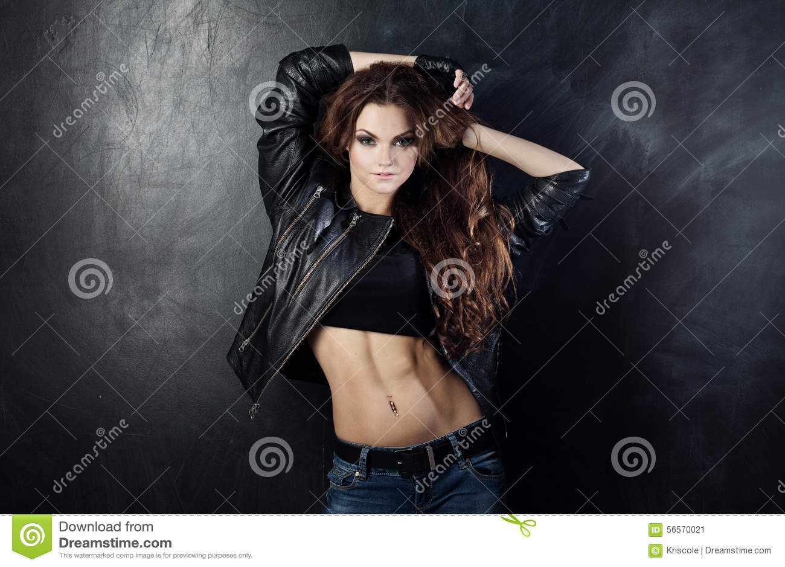 Download Χαμογελώντας νέα γυναίκα που χορεύει, πέταγμα τρίχας Στοκ Εικόνα - εικόνα από λέσχη, ευχαρίστηση: 56570021