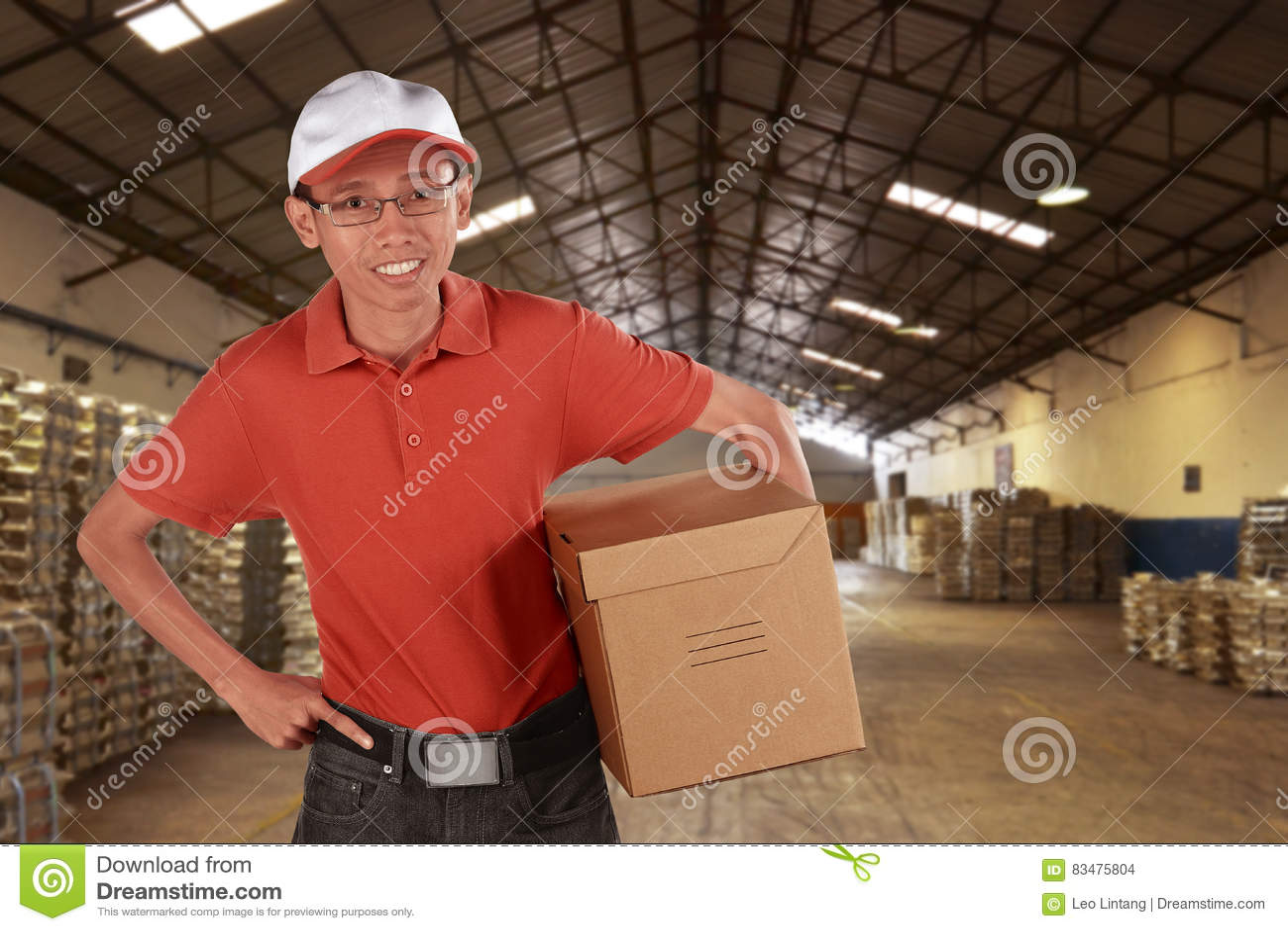 Χαμογελώντας νέος ασιατικός αρσενικός αγγελιαφόρος ταχυδρομικής παράδοσης
