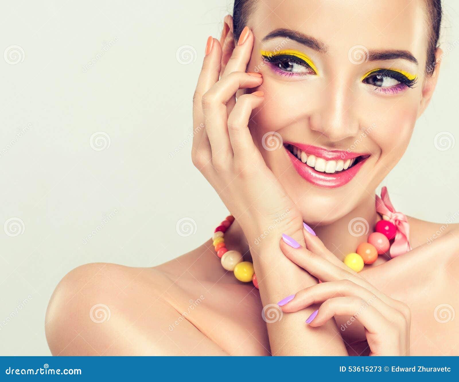 χαμογελώντας νεολαίες κοριτσιών