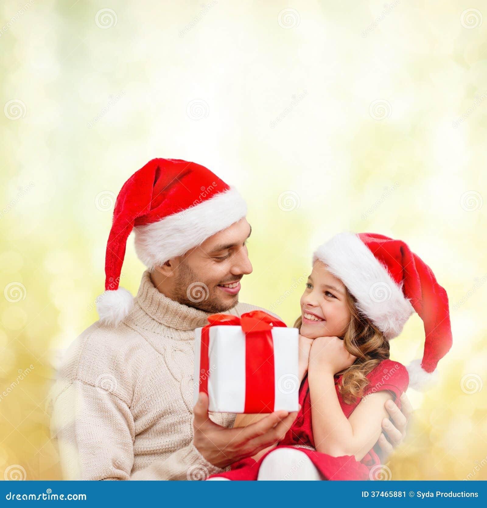 Χαμογελώντας πατέρας που δίνει το κιβώτιο δώρων κορών
