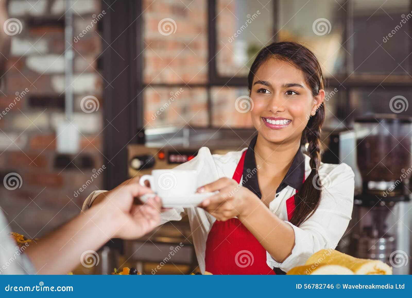 Χαμογελώντας σερβιτόρα που ένας πελάτης