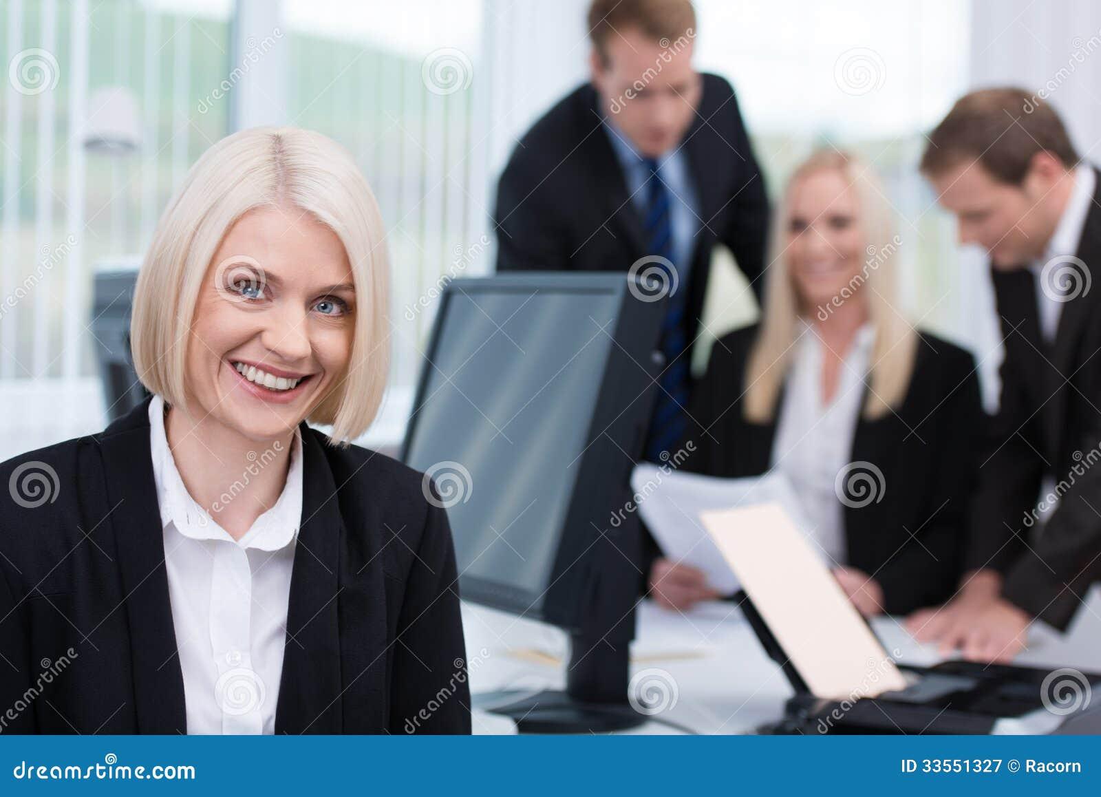 Χαμογελώντας φιλική επιχειρηματίας στο γραφείο