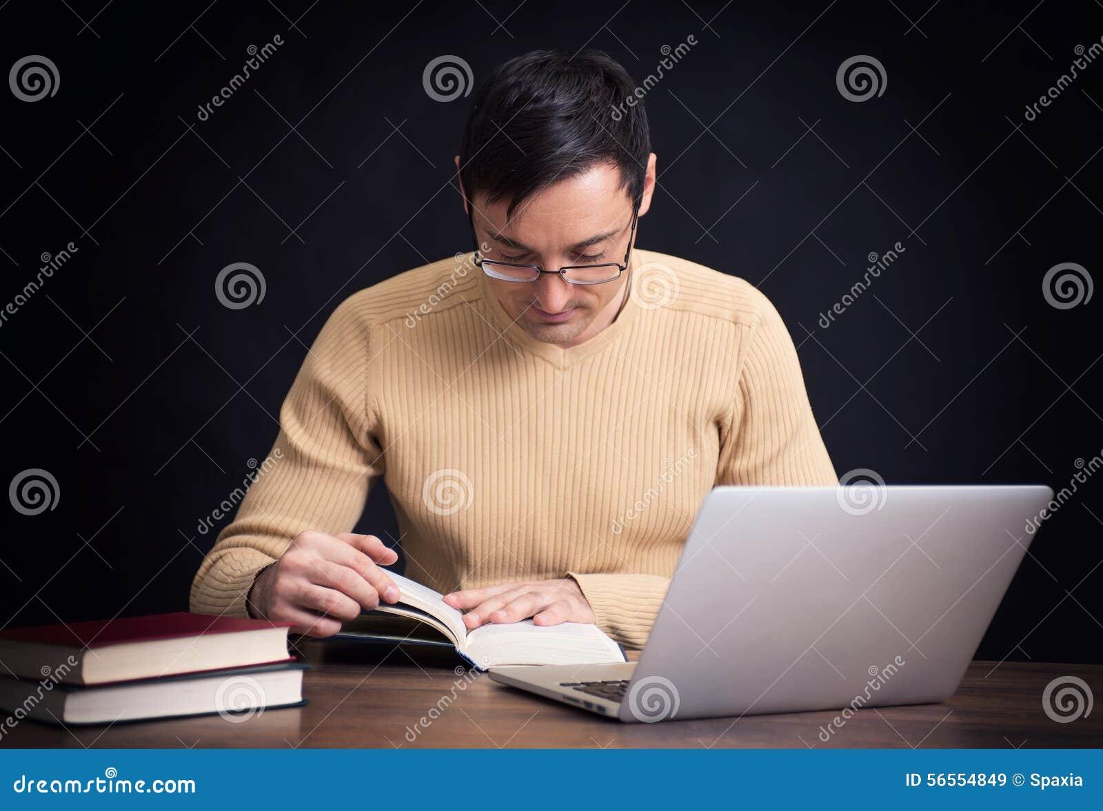 Download Χαμογελώντας όμορφο άτομο που διαβάζει ένα βιβλίο Στοκ Εικόνα - εικόνα από ανασκόπησης, εκπαίδευση: 56554849