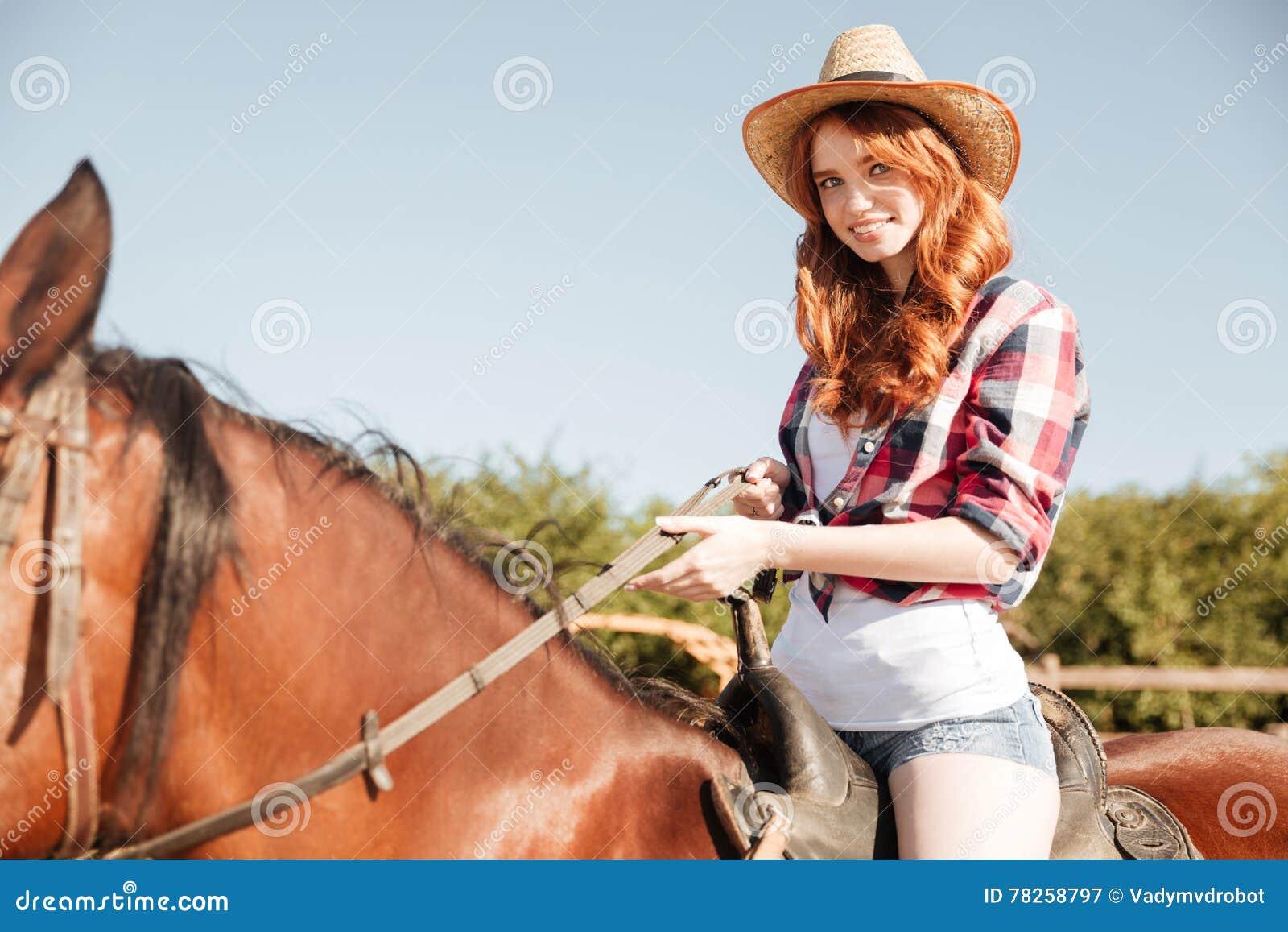 Χαμογελώντας attrative νέο άλογο οδήγησης γυναικών cowgirl