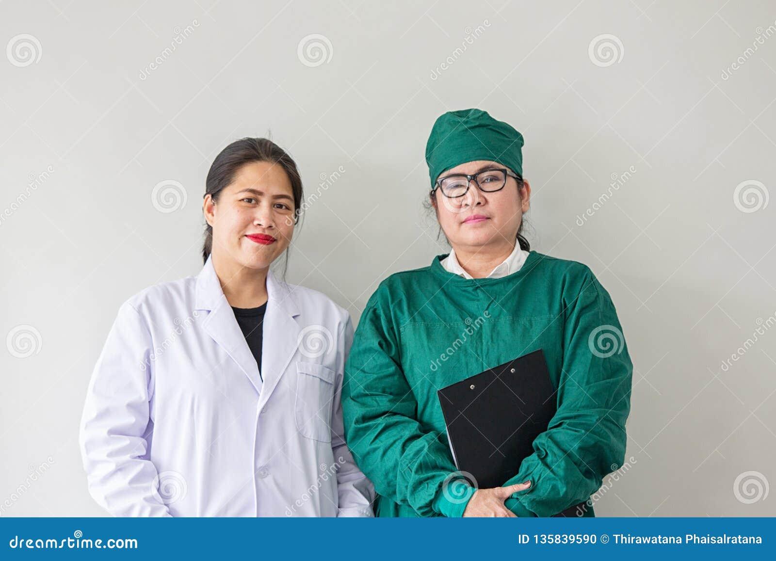 Χαμόγελο δύο ασιατικό ιατρικό εργαζομένων Πορτρέτο του ασιατικού γιατρού