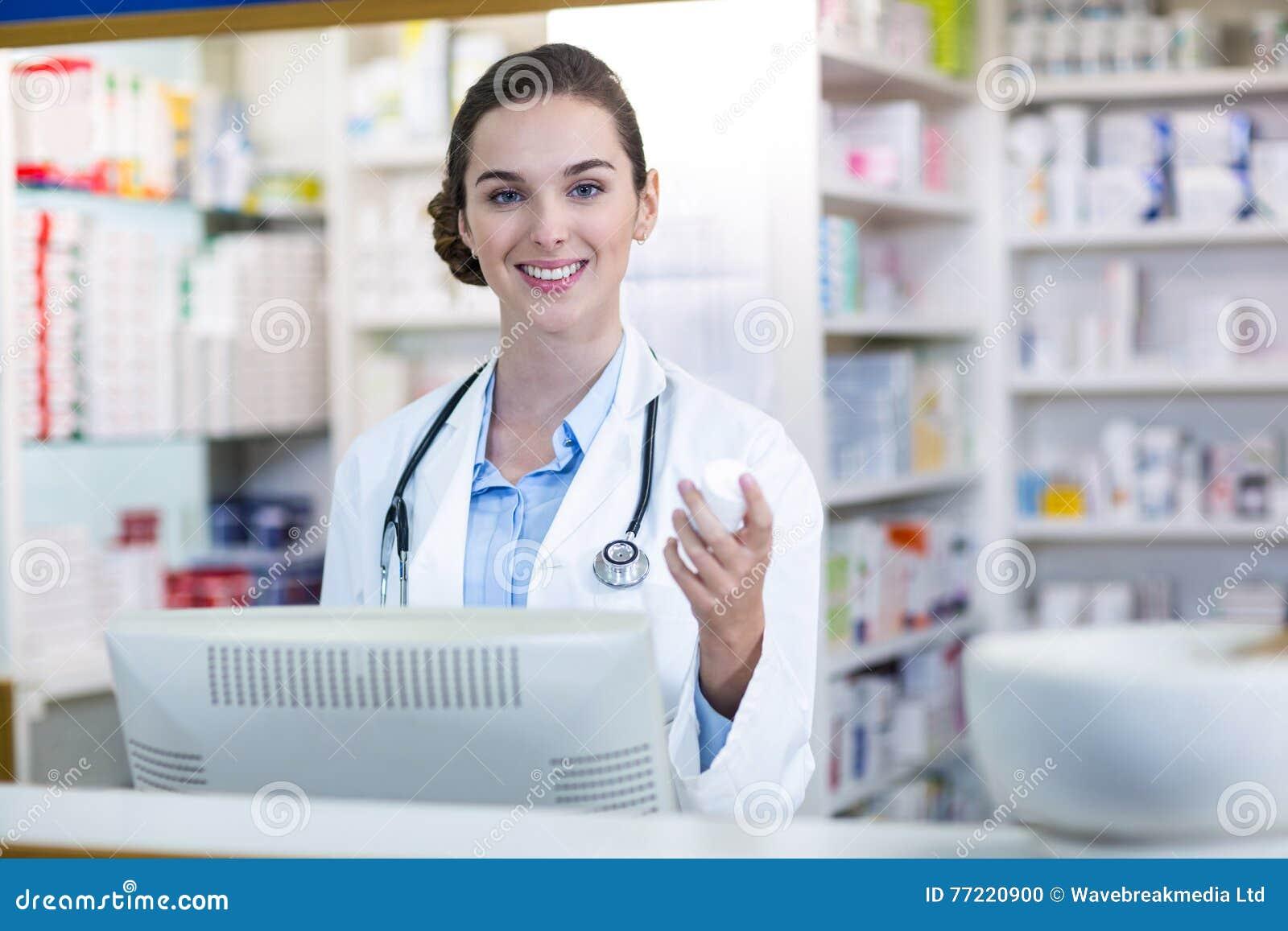 Χαμόγελο του εμπορευματοκιβωτίου ιατρικής εκμετάλλευσης φαρμακοποιών στο φαρμακείο