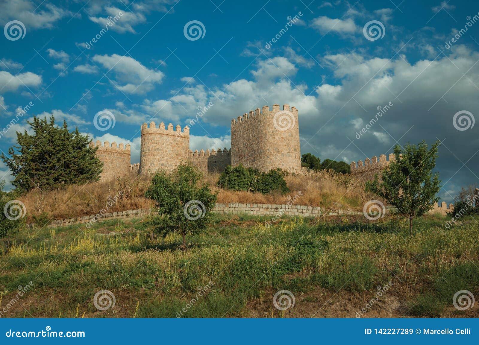 Χαμόκλαδο στο μέτωπο οι πύργοι πετρών στους τοίχους Avila