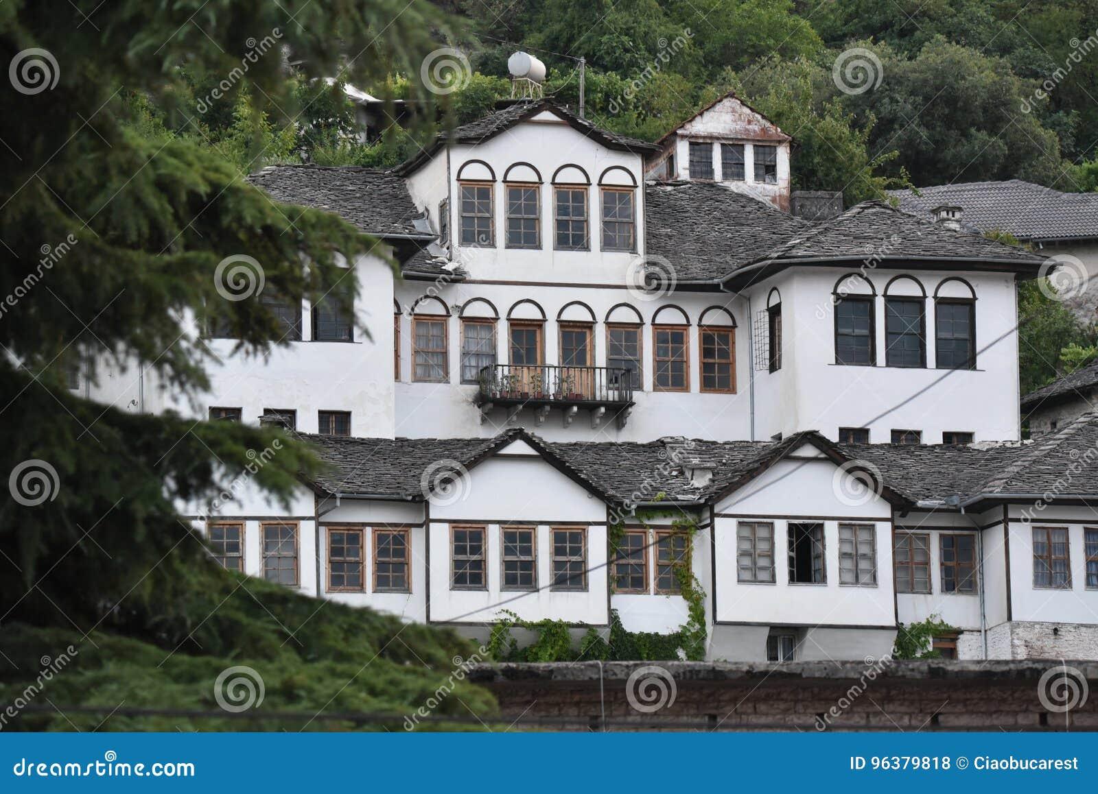 Χαρακτηριστική άποψη αρχιτεκτονικής σε Gjirokaster, Αλβανία