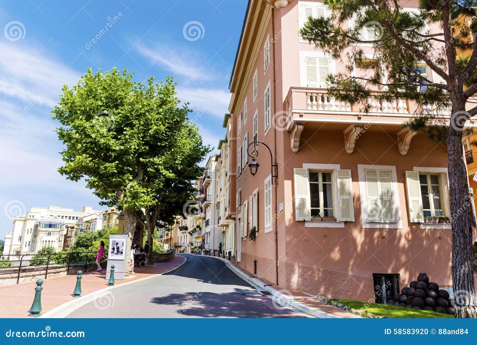 Χαρακτηριστικός κεντρικός δρόμος στην παλαιά πόλη στο Μονακό σε μια ηλιόλουστη ημέρα