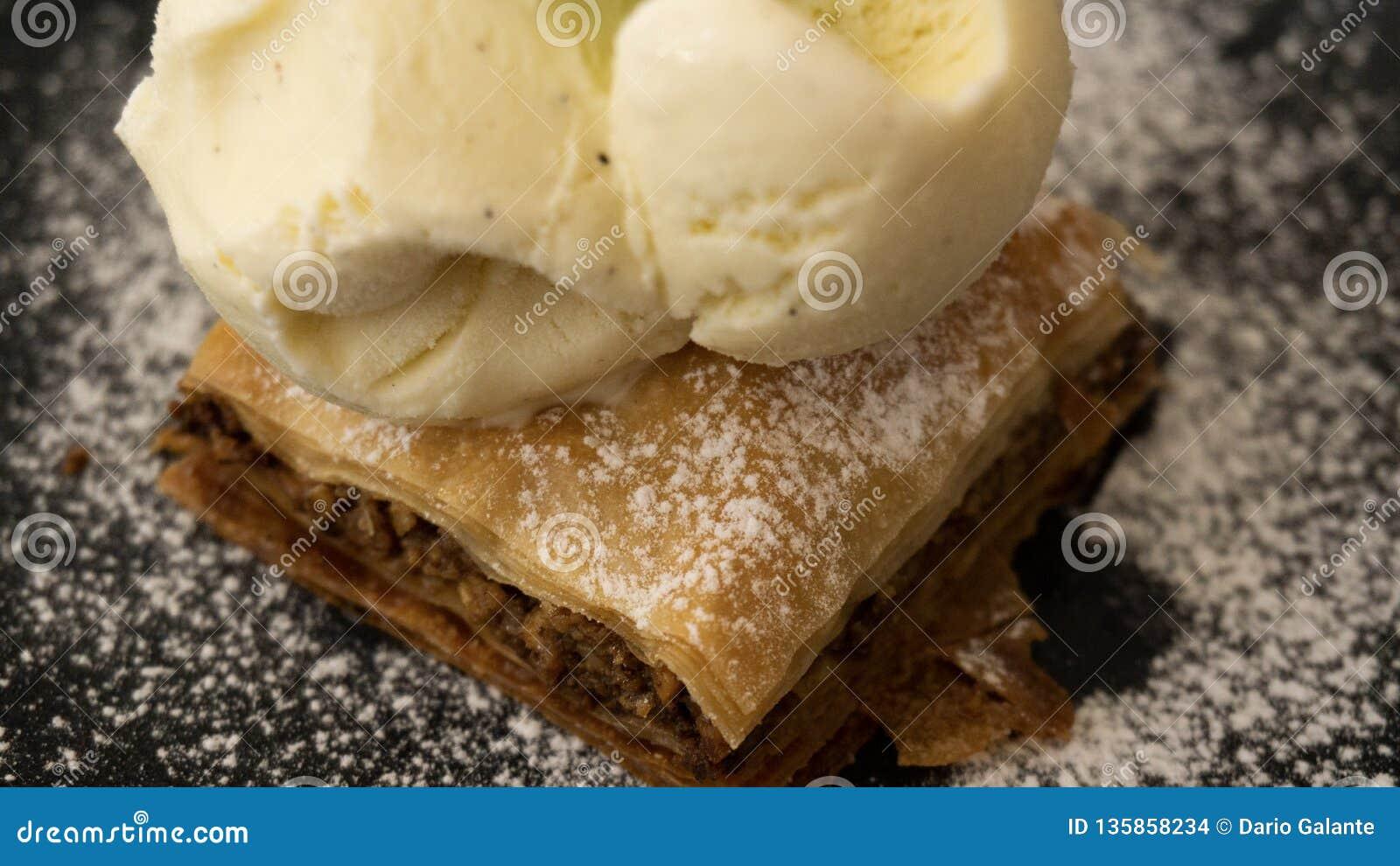 Χαρακτηριστικό λιβανέζικο baklava κέικ με το παγωτό βανίλιας