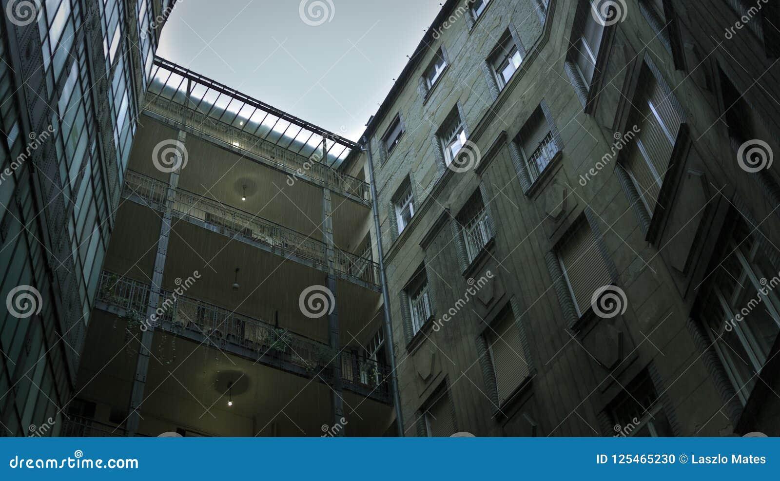 χαρακτηριστικό προαύλιο σε ένα από το κλασσικό κατοικημένο κτήριο στη Βουδαπέστη, Ουγγαρία